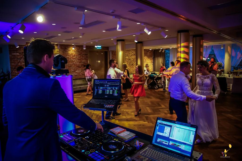 Zdjęcie sprzetu oraz tańczący goście